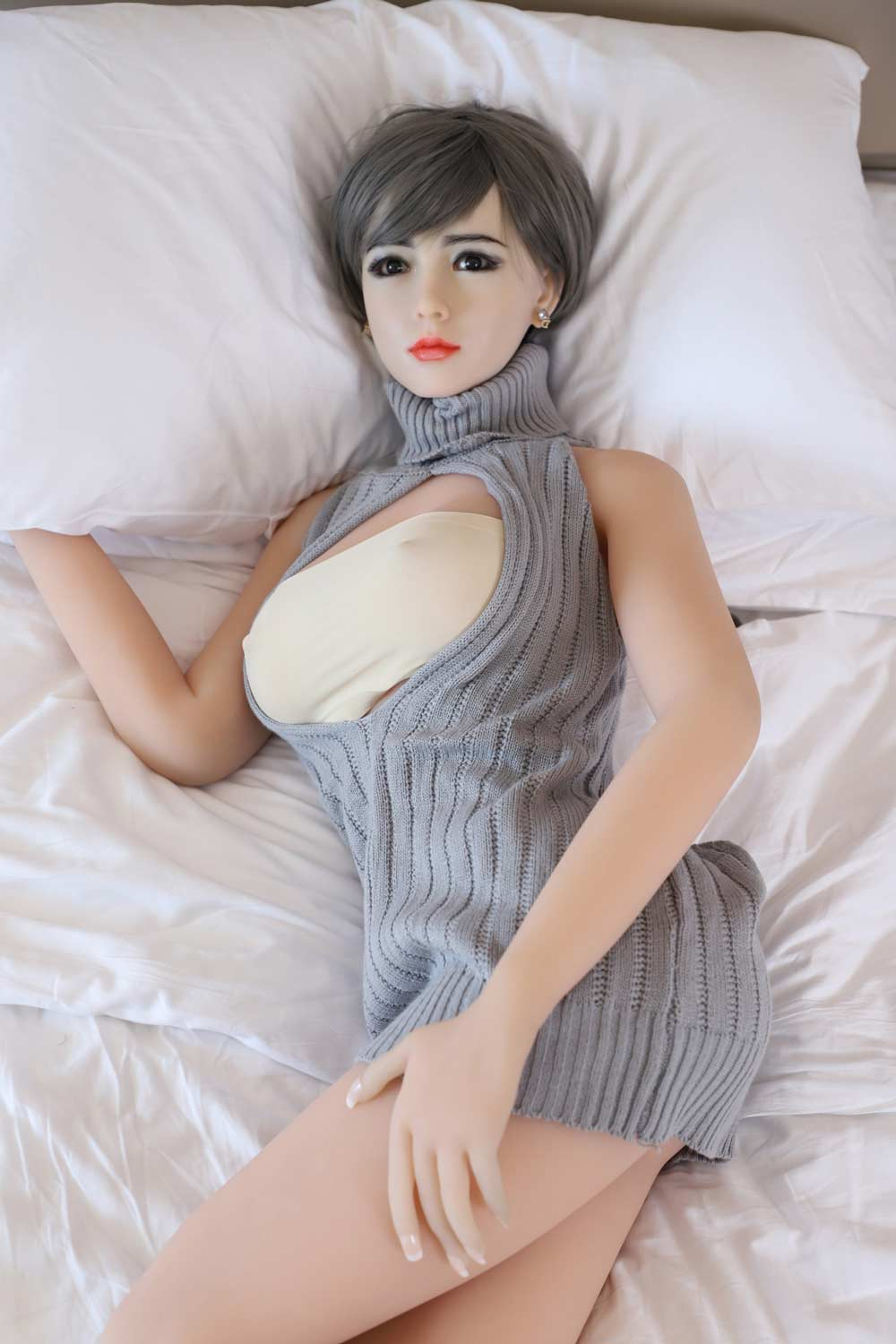 Silicone sex doll with hands in pillows
