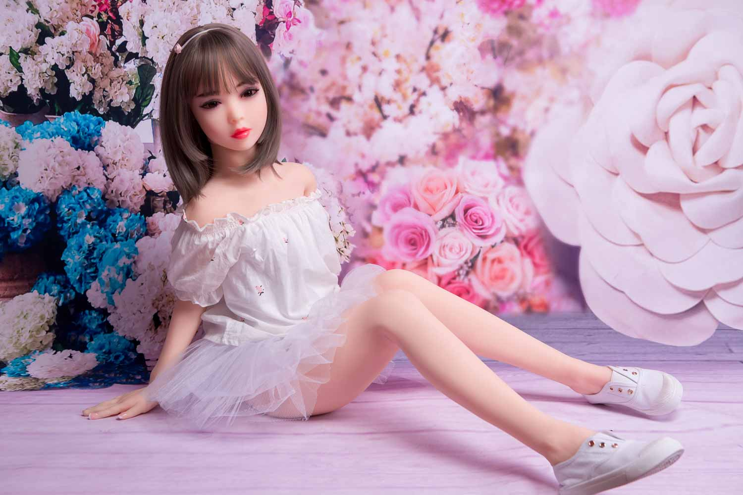 Mini sex doll with both hands on the ground