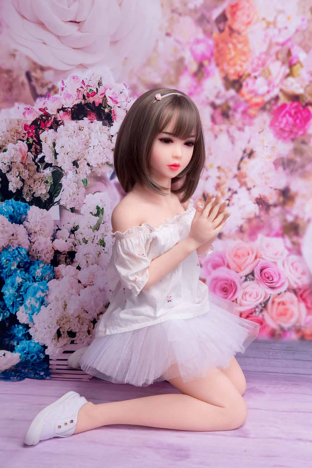 Mini sex doll with legs kneeling on the ground